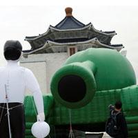 天安門事件から30年、「タンクマン」を台湾芸術家がバルーンで再現